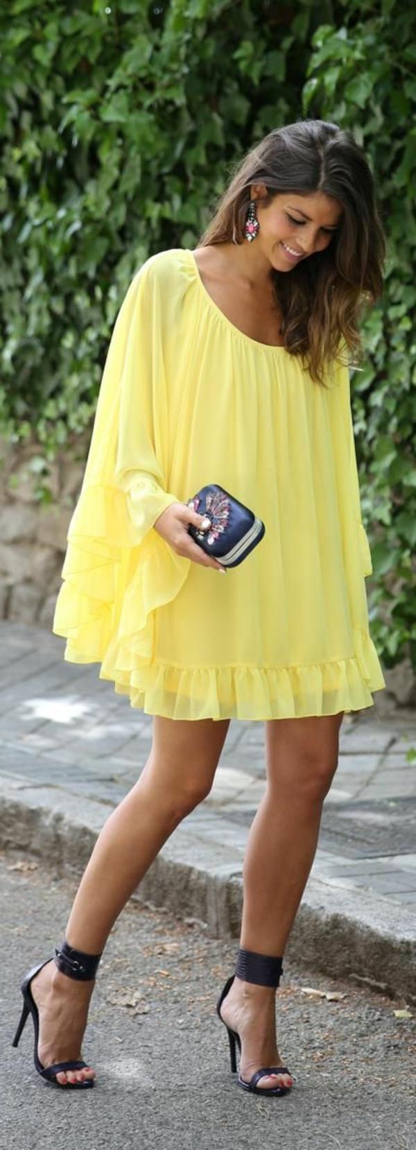 chaussures-à-talon-avec-tenue-jaune-large
