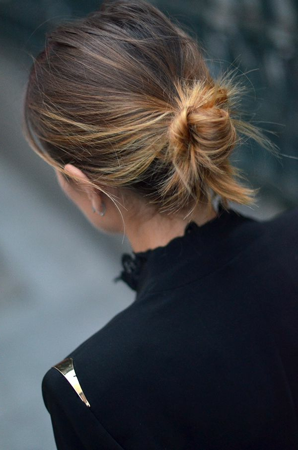cheveux-rassemblés-négligent-jour-femme
