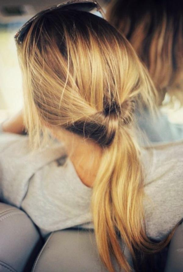 chignon-négligent-femme-blonde-romantique