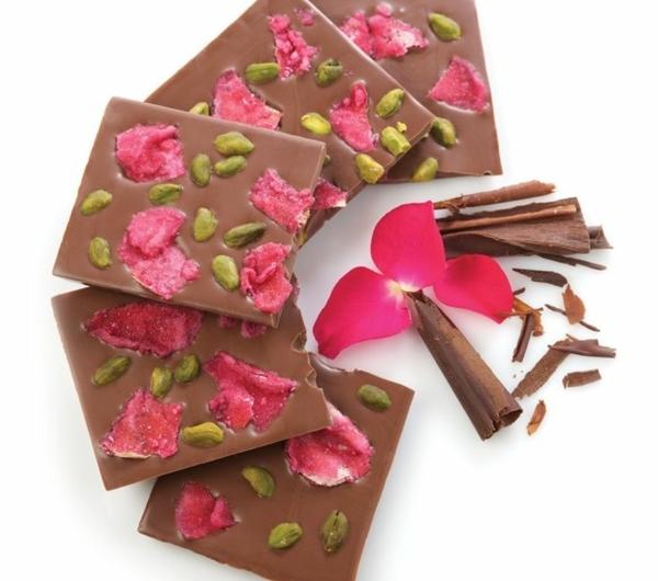 chocolat-au-lait-et-fleurs-comestibles