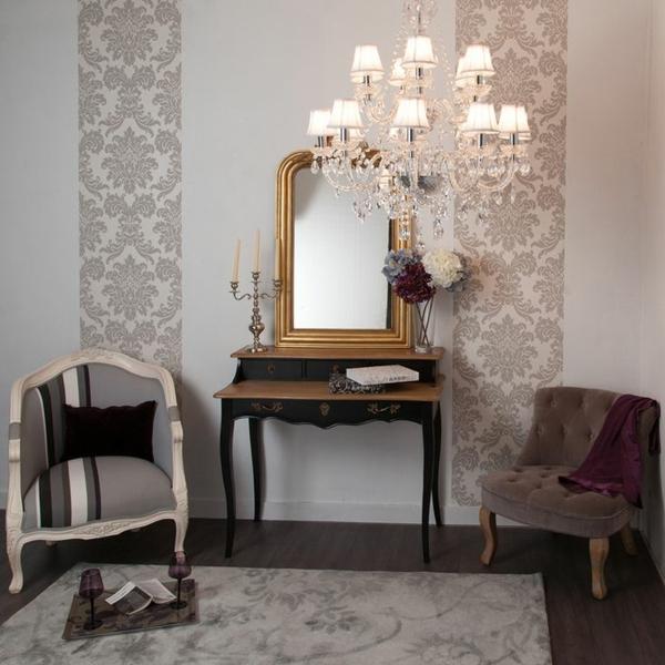confuse-deux-chaises-et-lustre-baroque-bijou-avec-pampilles