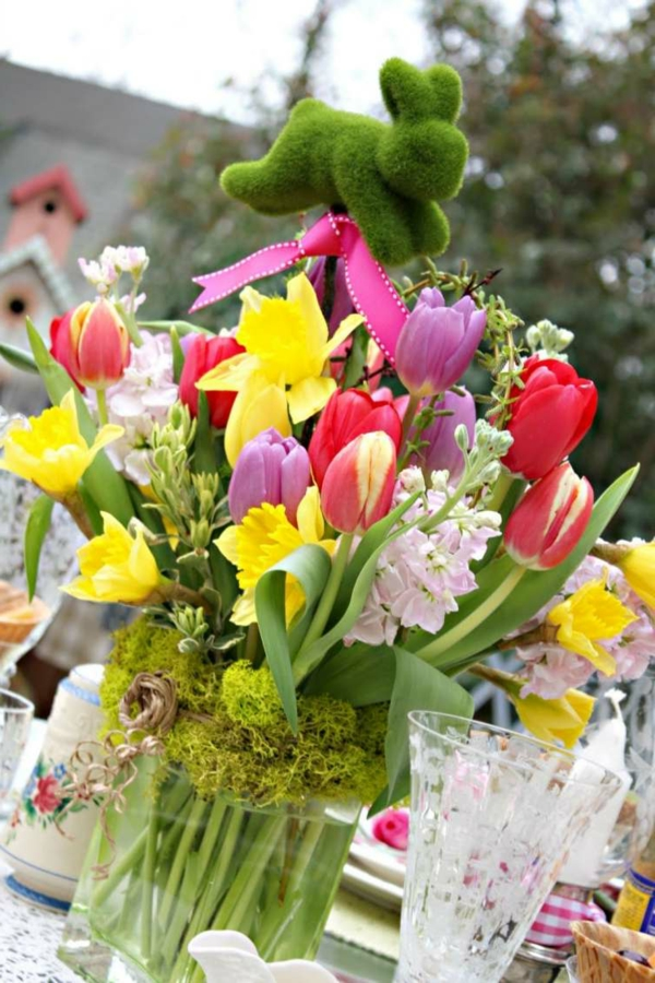 composition-florale-Pâques-tulipes-narcisses-lapin-mousse