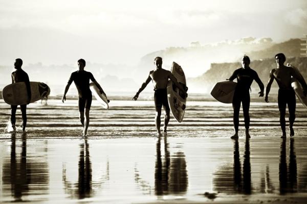 couche-de-soleil-photo-blanc-et-noir-surfeurs-à-Biarritz