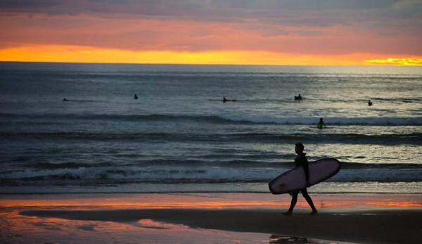 couche-de-soleil-surfeur-seul