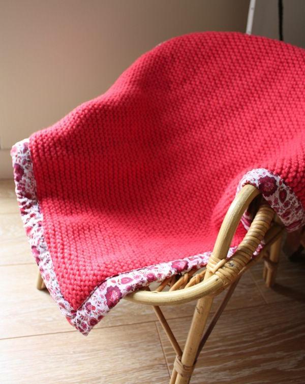 couverture-au-crochet-colorée-chaise