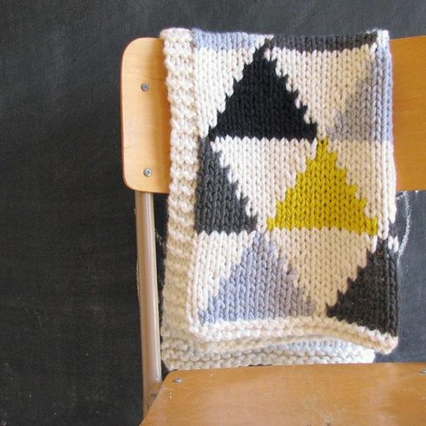 couverture-tricoté-chaise-jaune-gris