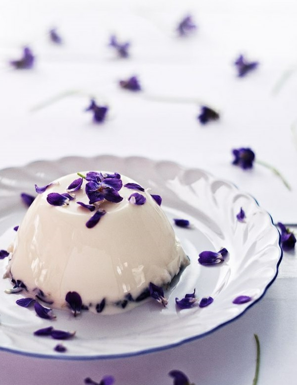 crême-décoré-avec-des-fleurs-violets