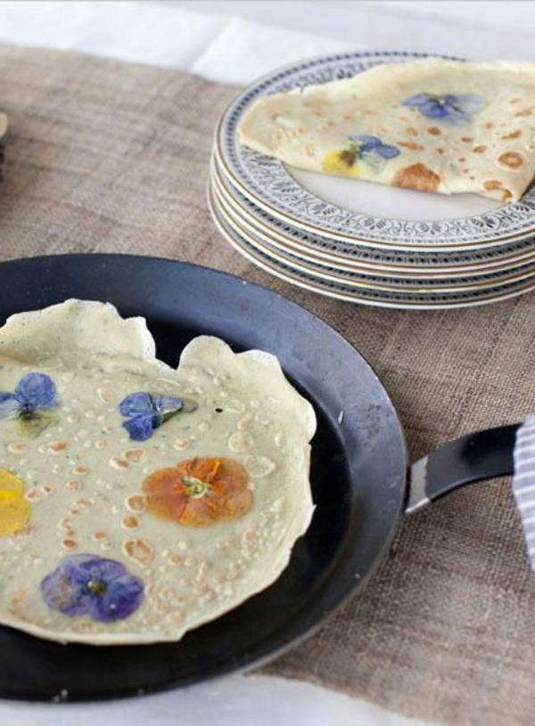 crêpes-avec-des-fleurs-comestibles-dedans