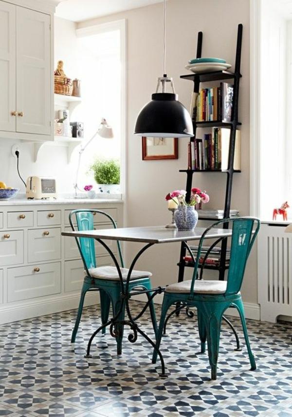 cuisine-bien-aménagé-chaise-table-étagère-diy