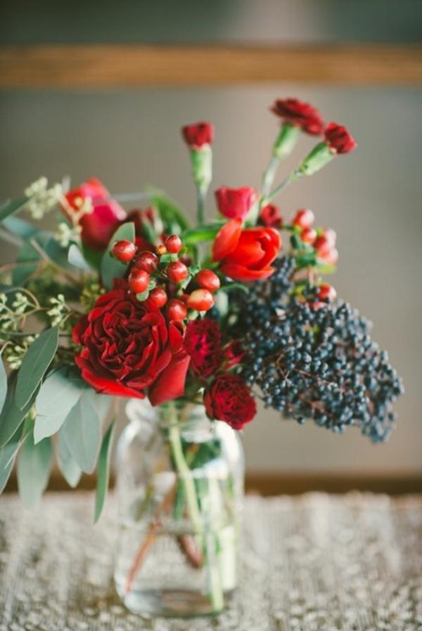 décoration-florale-pour-la-table-en-rouge