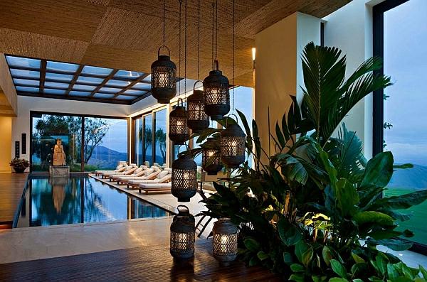 décoration-orientale-lanternes-pendantes-piscine-intérieure