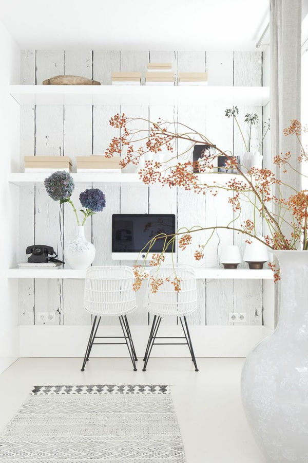 décoration-scandinave-étagère-murale-dans-une-salle-blanche