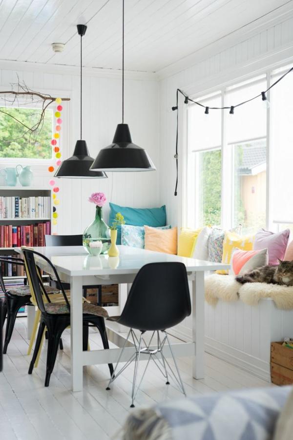 décoration-scandinave-table-blanche-rectangulaire-et-plusieurs-coussins-décoratifs