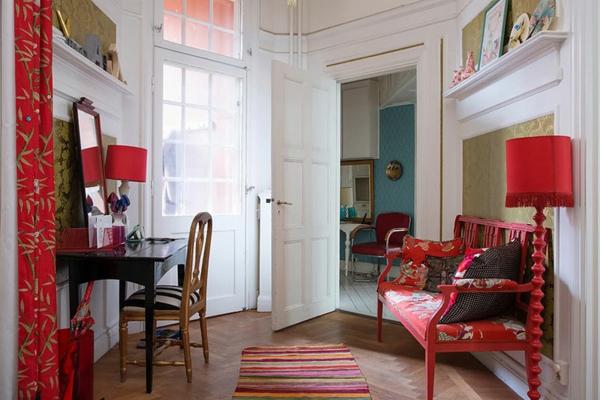 décoration-scandinave-une-carpette-à-rayures-et-sofa-rouge
