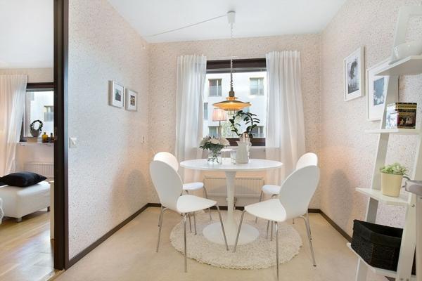 décoration-scandinave-une-table-ronde-et-chaises-fourmis