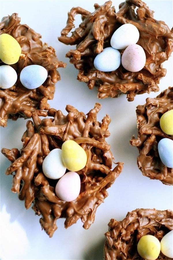 délicieux-chocolat-à-la-forme-de-panier-avec-oeufs
