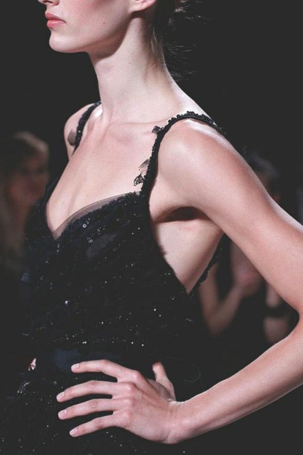 détail-de-top-Petite-robe-noire