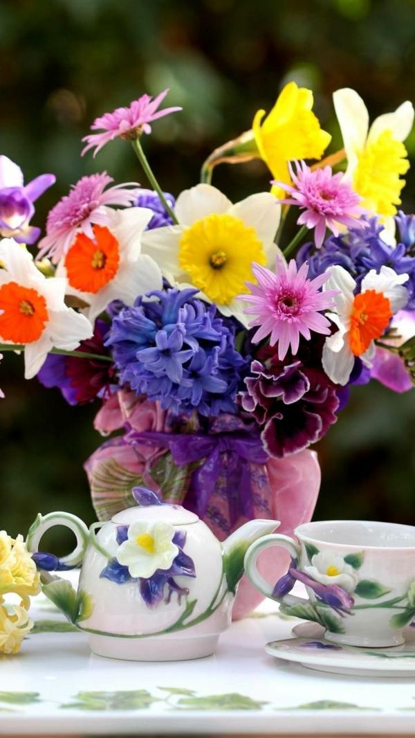 decoration-florale-Paques-pensées-jonquilles-jacinthes-tasses