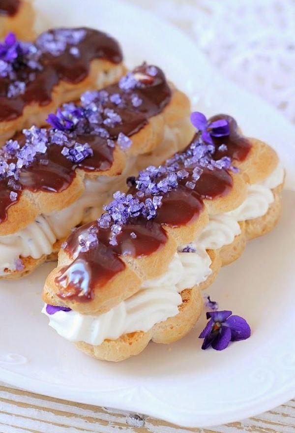 des-eclaires-au-chocolat-décorées-avec-fleurs-comestibles