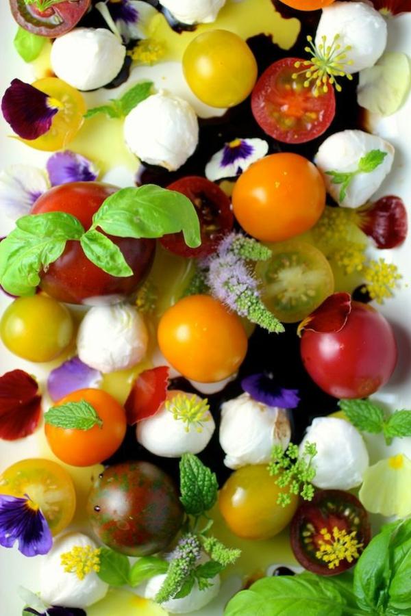Ordinaire Decoration De Salade De Fruits #4: Des-tomates-mozzarela-et-fleurs-une-salade-parfait-pour-le-printemps.jpg