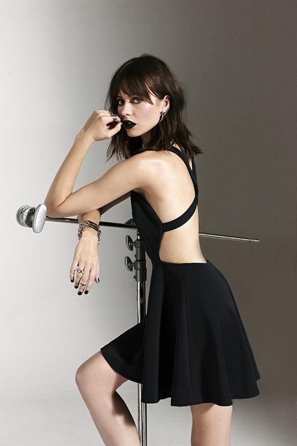 elle-est-chic-avec-la-petite-robe-elle-porte-robe-noire