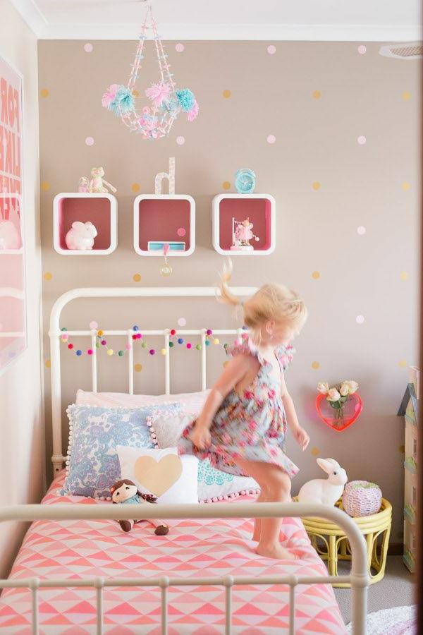 enfante-sauter-chambre-lit-en-fer