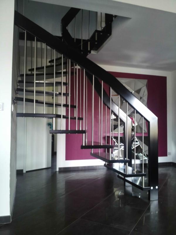 escalier-suspendu-colimaçon-rose-rouge-à-la-mode