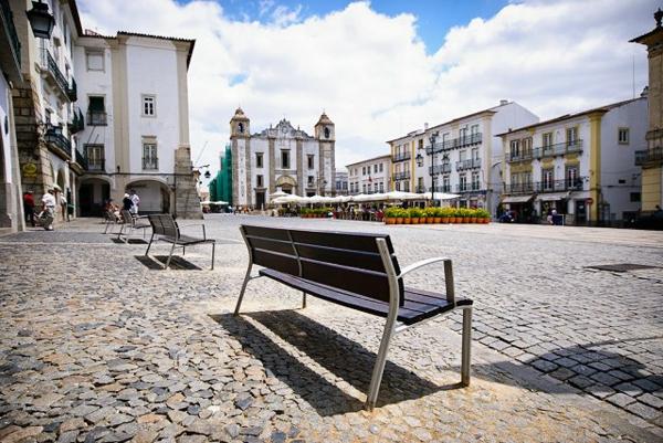 evora-centre-ville-en-portugal-s'assoir-à-la-banc-place-centrale