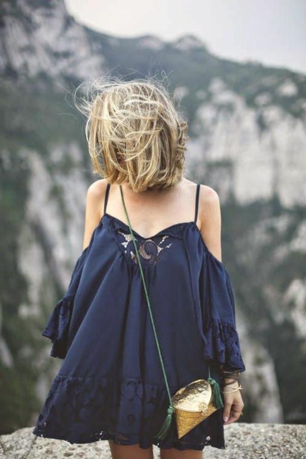 féminine-robe-bleue-sombre-vague-volante-à-la-montagne