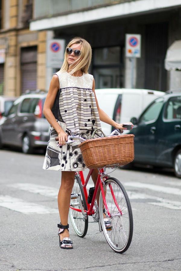 femme-avec-bicyclette-petite-robe-trapèze-confortable