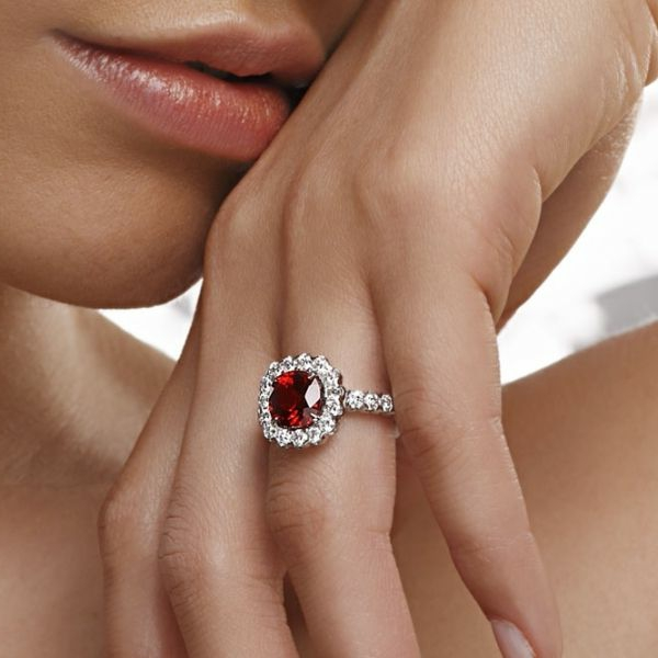 fille-avec-rouge-anneau-de-rubis
