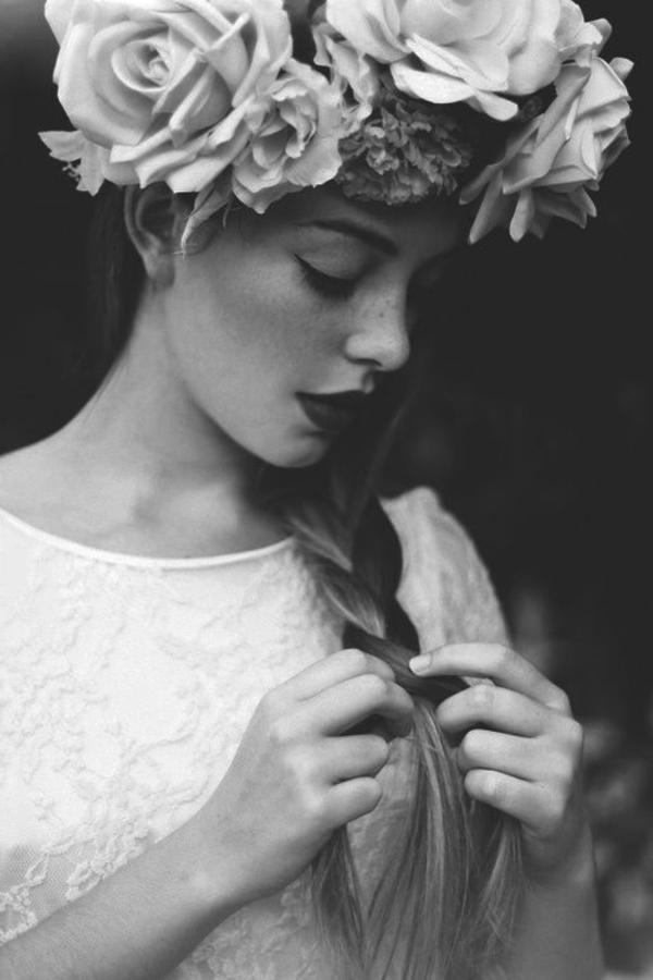 fille-blanc-noir-fleurs