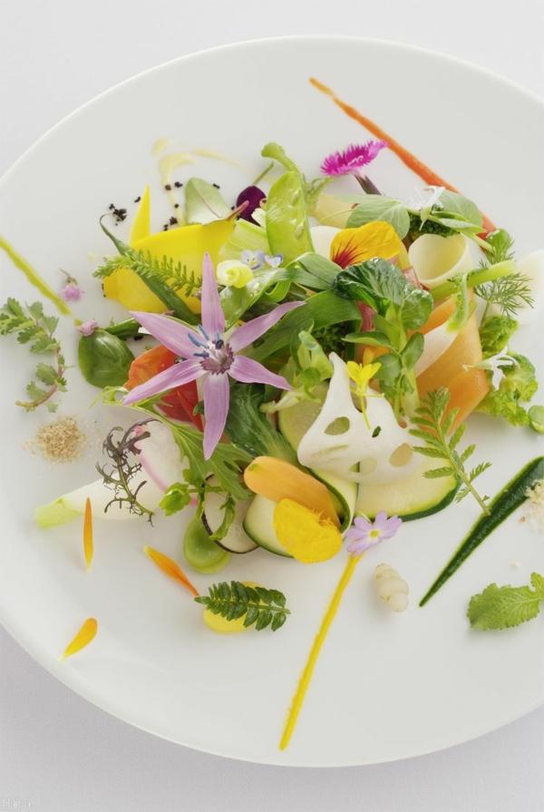 fleurs-consommables-dans-une-salade-bien-décorée