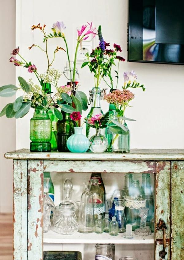 fleurs-jolies-dans-des-vases-petits-bouquets