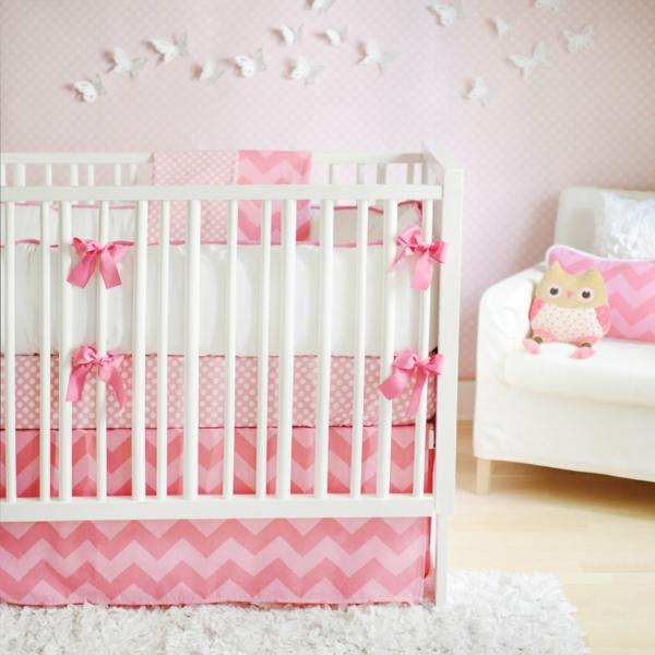 fleurs-lit-bébé-berceau-maternelle-rose-et-blanc-rideau-couverture