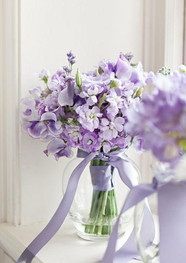 fleurs-violettes-dans-une-vase-de-glace