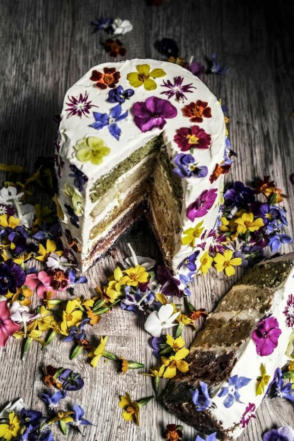 gâteau-avec-des-fleurs-consomables-pour-décoration