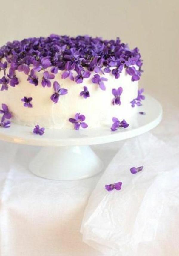 gâteau-avec-des-fleurs-violet-fondan-blanc-et-mangable