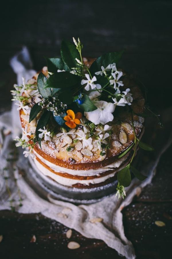 gateau-avec-des-fleurs-comestibles