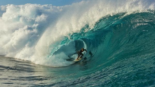 grande-vague-surf-surfer-dans-son-oeil