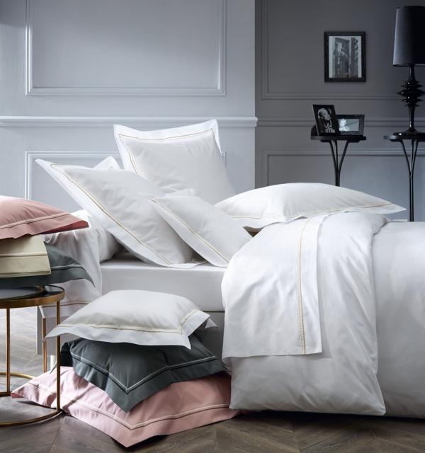 gris-rose-blanc-coussins-couverture-lit-dormir-coucher-pièce