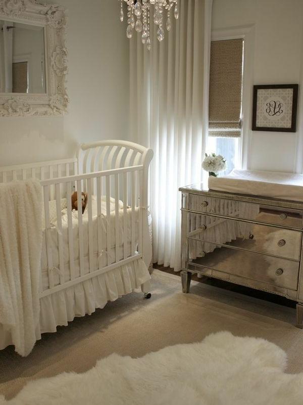 idée-chambre-bébé-classique-en-blanche-lustre-baroque