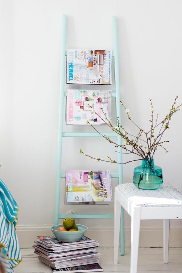 idées-table-vase-bleu-pièce-avec-des-peintures