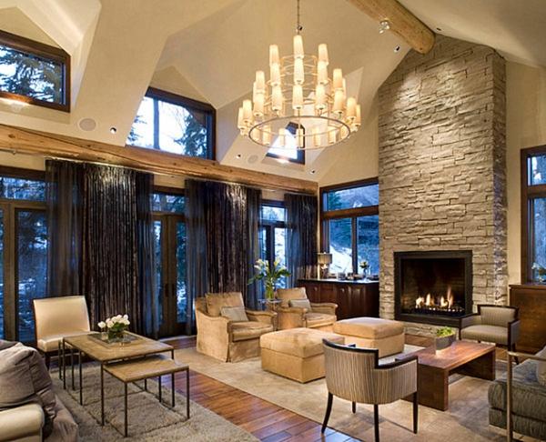intérieur-luxe-lustre-avec-des-bougies-salle-de-séjour-sofa-mur-en-pierre