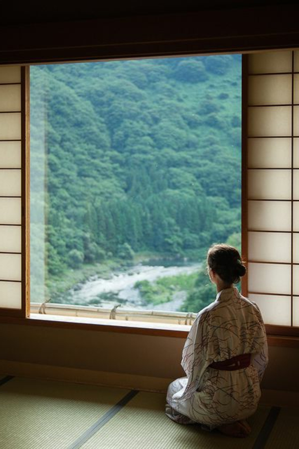 japonaise-architecture-fenetre-femme