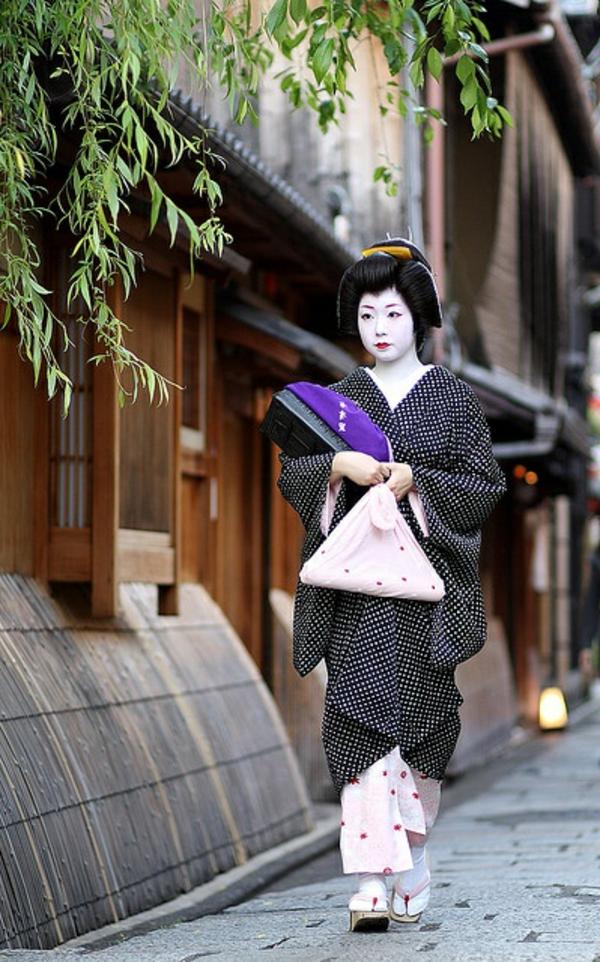 japonaise-rue-femme