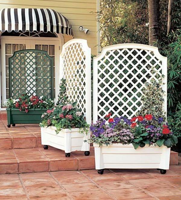 jardinière-avec-treillis-deux-jardinières-blanches-et-des-fleurs-multicolores