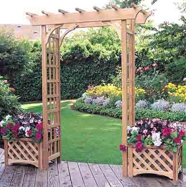 jardinière-avec-treillis-en-bois-et-une-petite-tonnelle