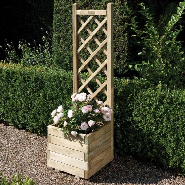 jardinière-avec-treillis-treillis-avec-des-roses