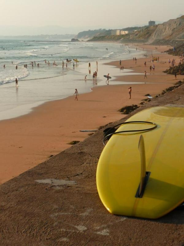 jaune-surf-sur-la-photo-de-plage-de-Biarritz